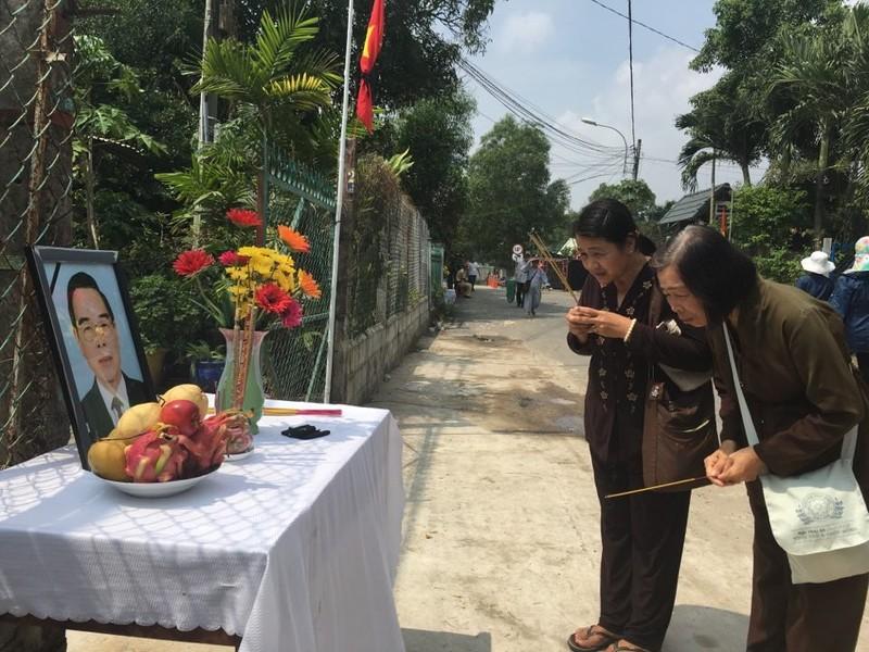 Dân đeo băng tang, lập bàn thờ tiễn bác Sáu Khải - ảnh 4