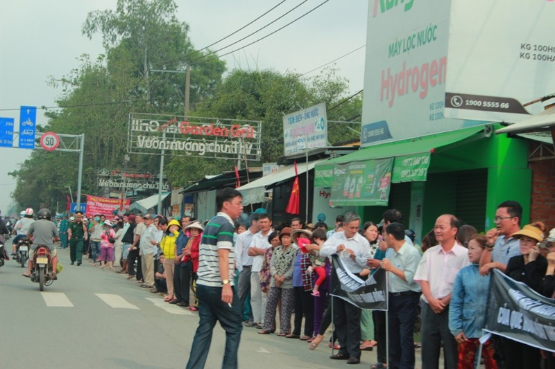 Hàng ngàn người dân đứng dọc QL22 tiễn bác Sáu Khải - ảnh 3