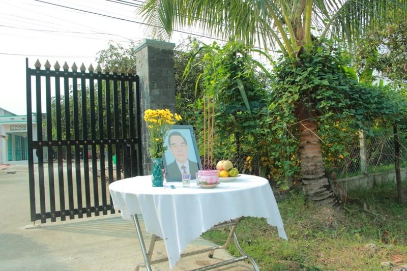 Dân đeo băng tang, lập bàn thờ tiễn bác Sáu Khải - ảnh 2