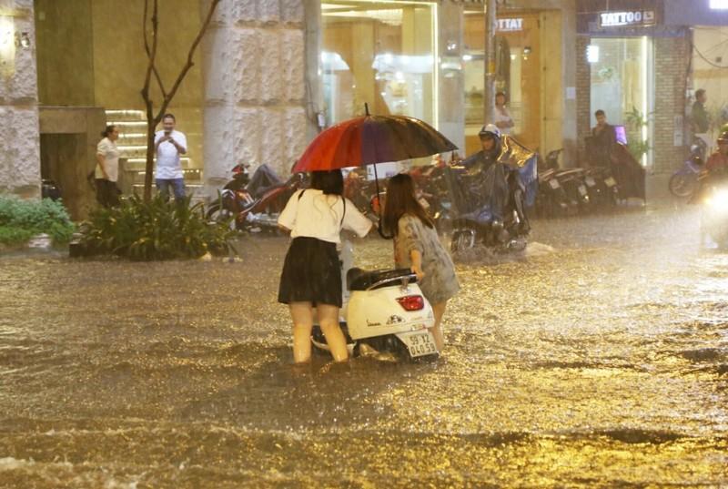 Chùm ảnh: Đường Sài Gòn ngập sau cơn mưa lớn - ảnh 2