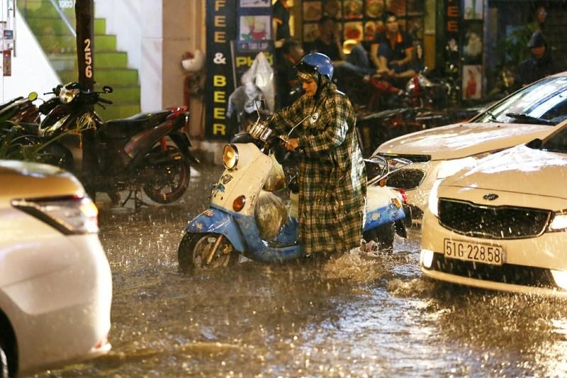Chùm ảnh: Đường Sài Gòn ngập sau cơn mưa lớn - ảnh 3