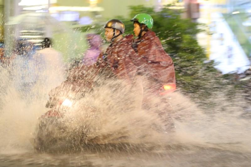 Chùm ảnh: Đường Sài Gòn ngập sau cơn mưa lớn - ảnh 4