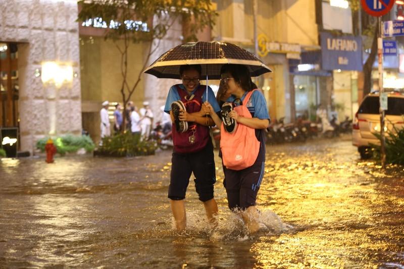 Chùm ảnh: Đường Sài Gòn ngập sau cơn mưa lớn - ảnh 5