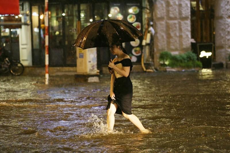 Chùm ảnh: Đường Sài Gòn ngập sau cơn mưa lớn - ảnh 8
