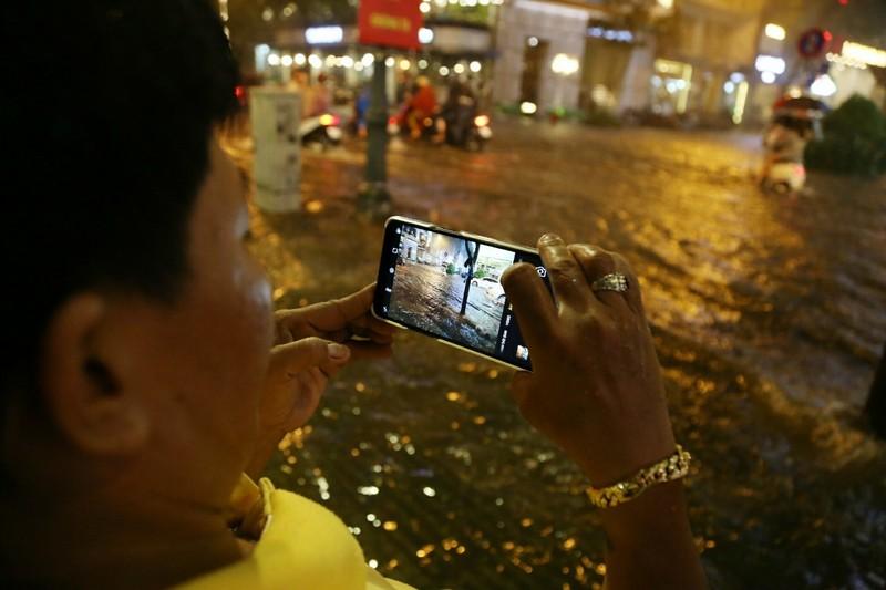 Chùm ảnh: Đường Sài Gòn ngập sau cơn mưa lớn - ảnh 9
