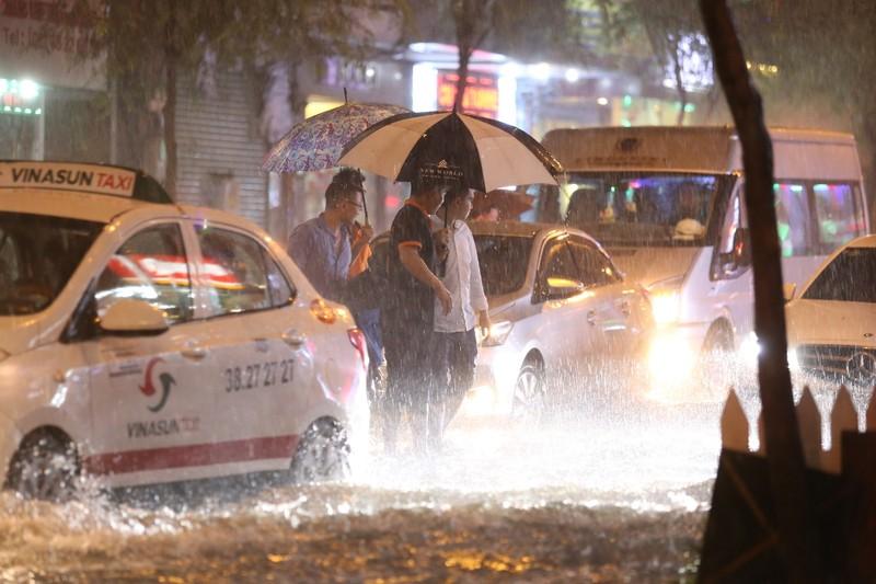 Chùm ảnh: Đường Sài Gòn ngập sau cơn mưa lớn - ảnh 11