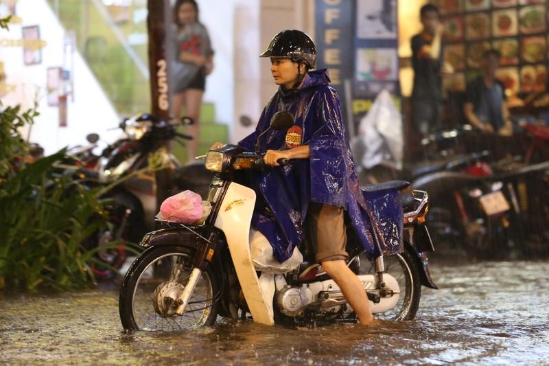 Chùm ảnh: Đường Sài Gòn ngập sau cơn mưa lớn - ảnh 12