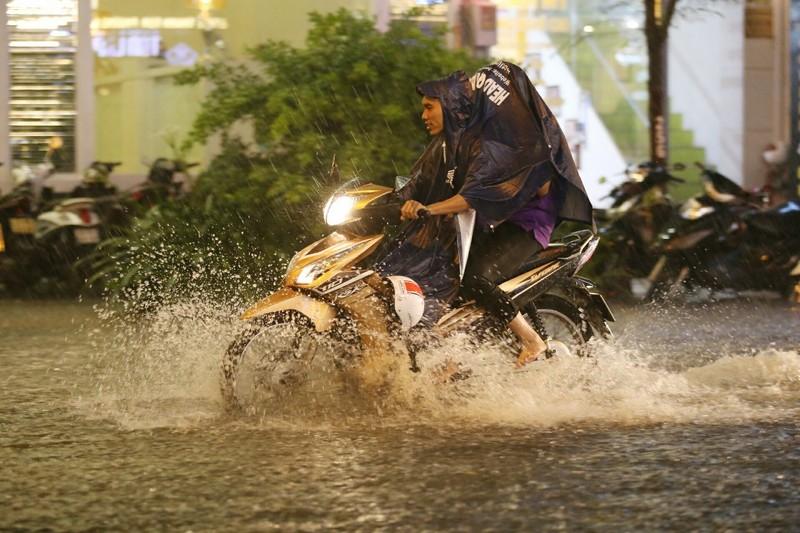 Chùm ảnh: Đường Sài Gòn ngập sau cơn mưa lớn - ảnh 13
