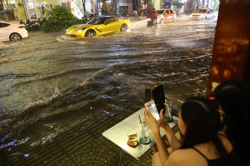 Chùm ảnh: Đường Sài Gòn ngập sau cơn mưa lớn - ảnh 6