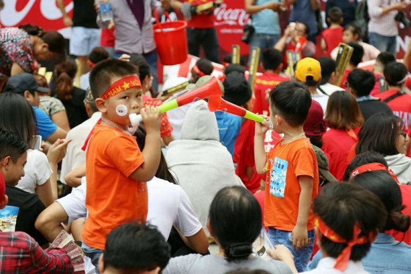 Cổ động viên cả nước tiếp lửa cho Olympic Việt Nam - ảnh 11