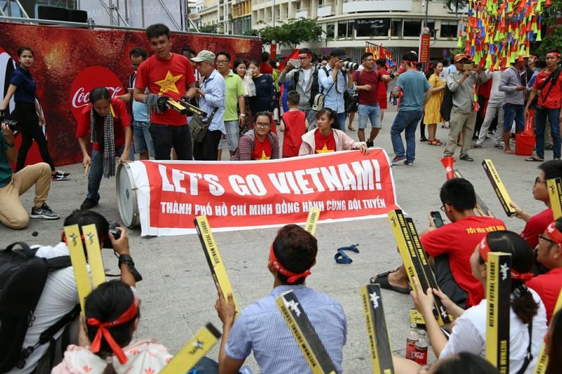 Cổ động viên cả nước tiếp lửa cho Olympic Việt Nam - ảnh 12