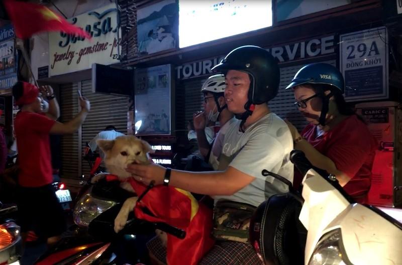 Cười té ghế xem hình ảnh hài hước đêm bão 'Việt Nam vô địch' - ảnh 6