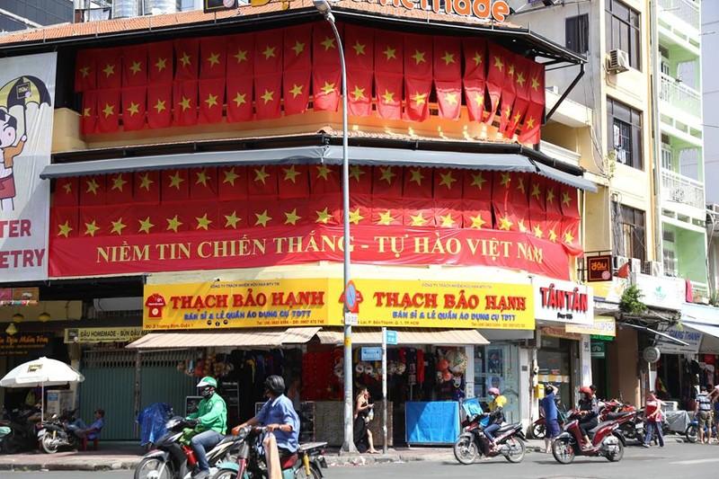 Tôn Ngộ Không đại náo phố đi bộ Nguyễn Huệ trước giờ bóng lăn - ảnh 2