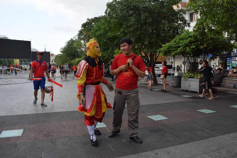 Tôn Ngộ Không đại náo phố đi bộ Nguyễn Huệ trước giờ bóng lăn - ảnh 3