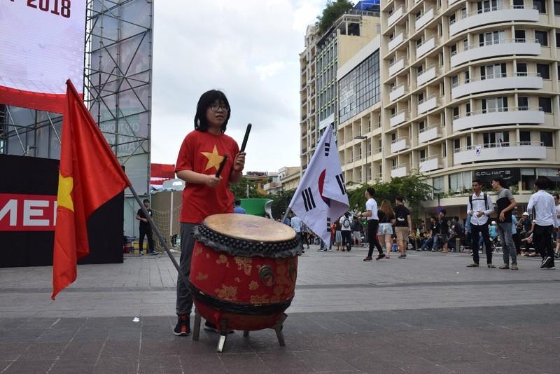 Tôn Ngộ Không đại náo phố đi bộ Nguyễn Huệ trước giờ bóng lăn - ảnh 6