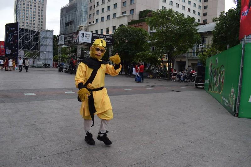 Tôn Ngộ Không đại náo phố đi bộ Nguyễn Huệ trước giờ bóng lăn - ảnh 4