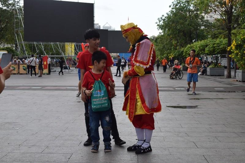 Tôn Ngộ Không đại náo phố đi bộ Nguyễn Huệ trước giờ bóng lăn - ảnh 1