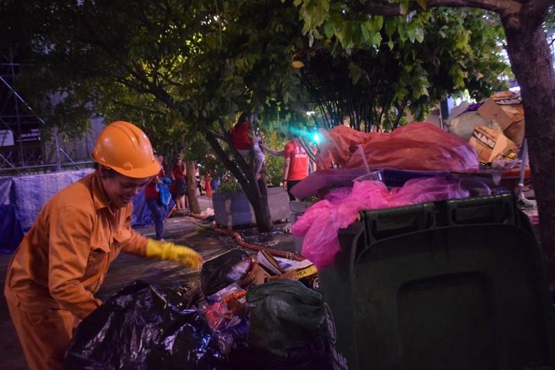 Những người trẻ lặng lẽ ở lại phố đi bộ Nguyễn Huệ dọn rác  - ảnh 4