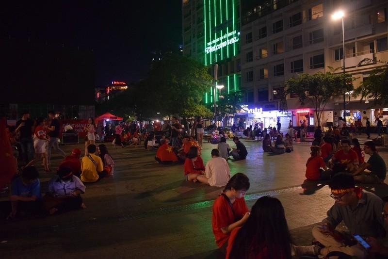 Những người trẻ lặng lẽ ở lại phố đi bộ Nguyễn Huệ dọn rác  - ảnh 5