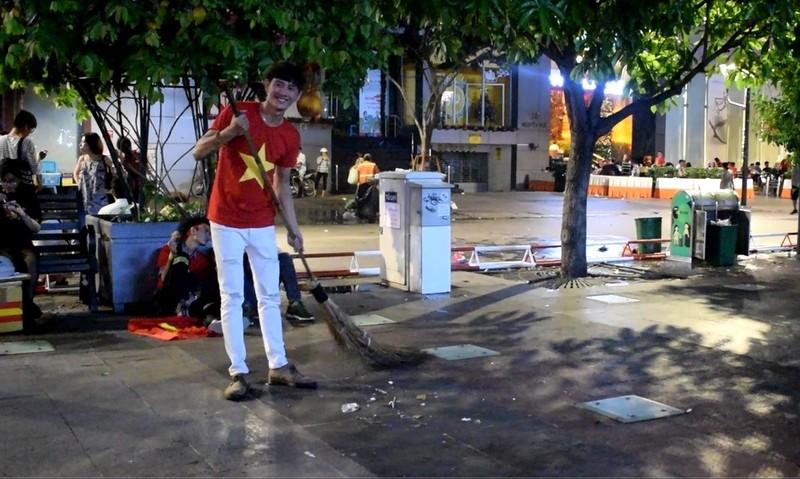 Những người trẻ lặng lẽ ở lại phố đi bộ Nguyễn Huệ dọn rác  - ảnh 2