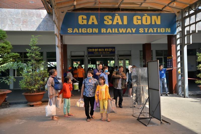 Trật bánh tàu SE1, nhiều tàu từ ga Sài Gòn lùi lịch chạy  - ảnh 2
