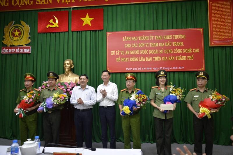Khen thưởng vụ triệt băng giả làm công an Trung Quốc lừa đảo - ảnh 1