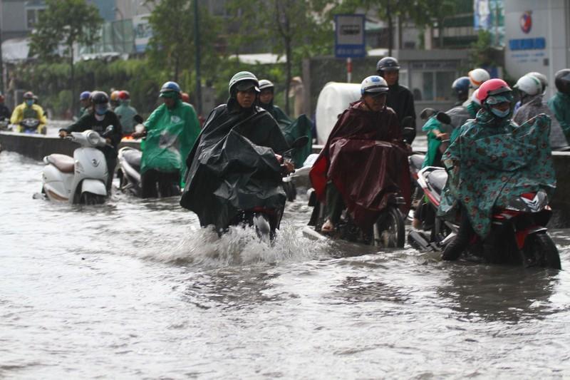 Mưa lớn kéo dài, người Sài Gòn bì bõm lội nước về nhà - ảnh 1