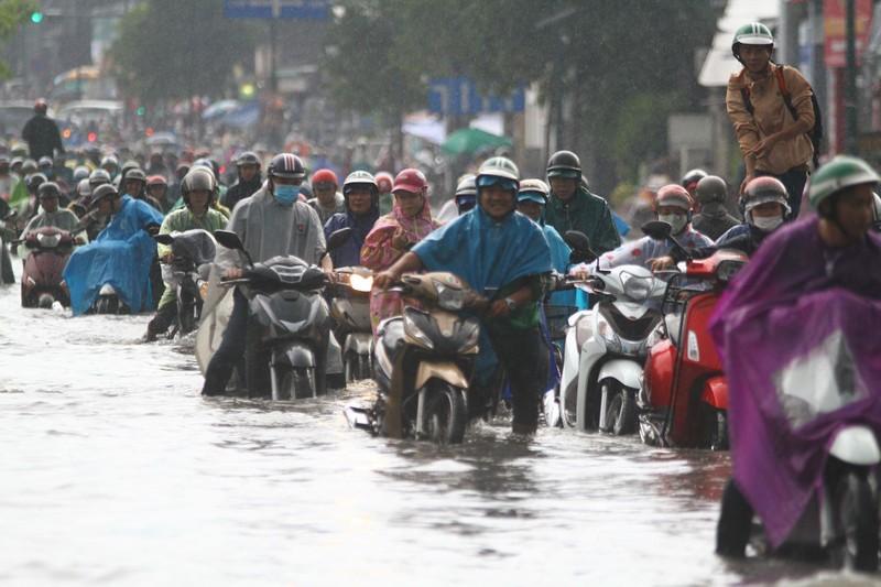 Mưa lớn kéo dài, người Sài Gòn bì bõm lội nước về nhà - ảnh 2