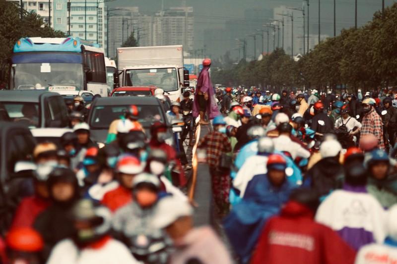 Mưa lớn kéo dài, người Sài Gòn bì bõm lội nước về nhà - ảnh 3