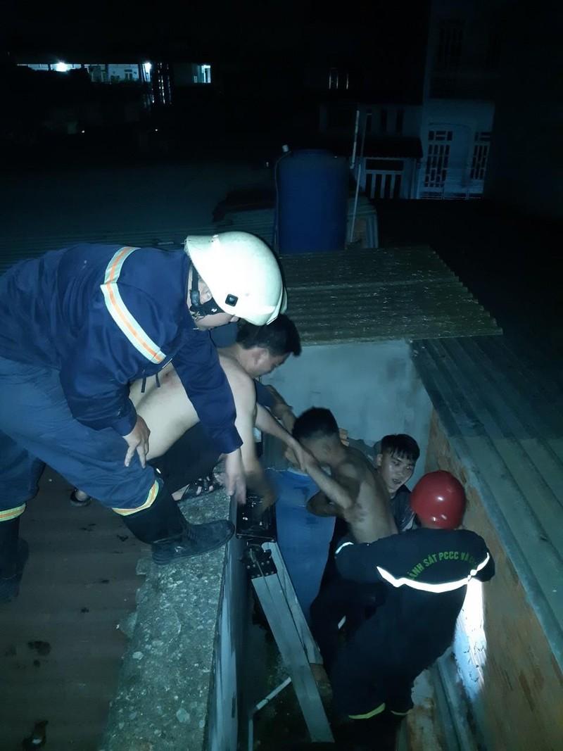 Sau cháy nhà, cảnh sát phát hiện thanh niên hốt hoảng ở tầng 3 - ảnh 1