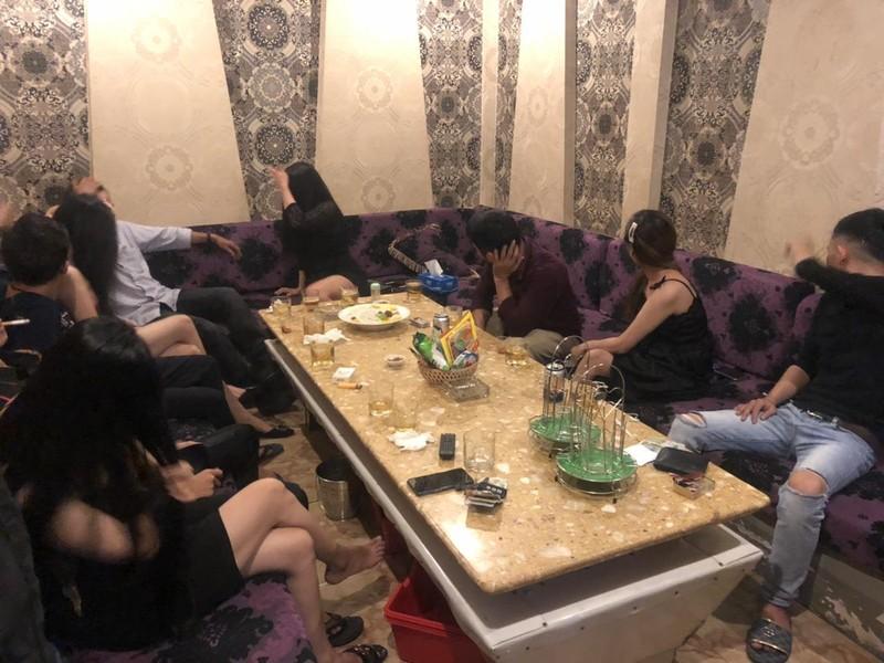 Quán karaoke chui cho tiếp viên mặc hở bạo ở quận 1 - ảnh 4
