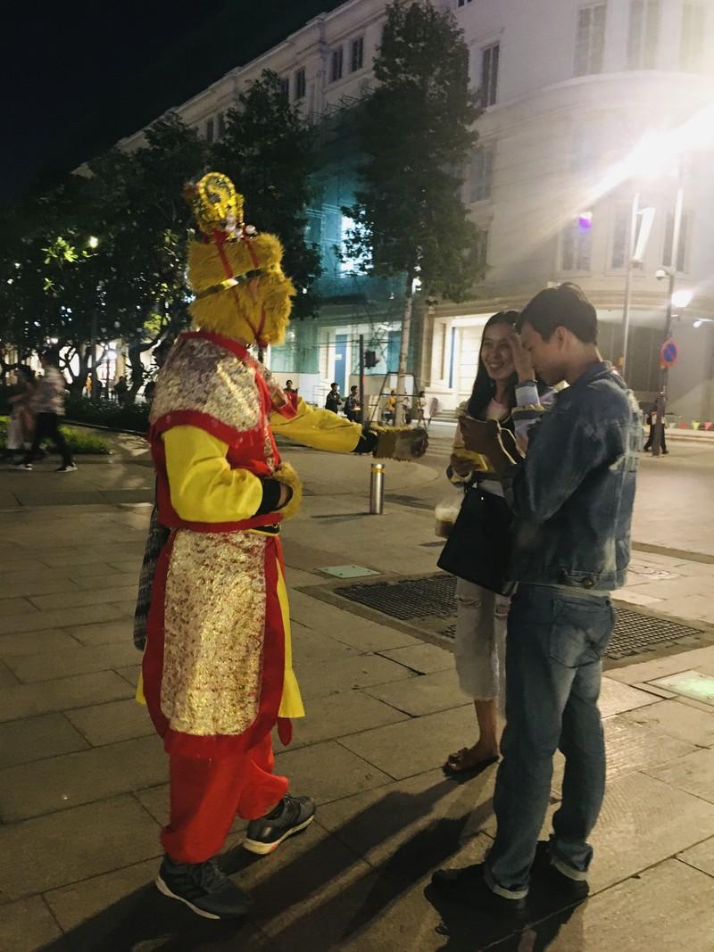 Cúp vàng vô địch bằng xốp rực rỡ trên phố đi bộ Nguyễn Huệ - ảnh 3