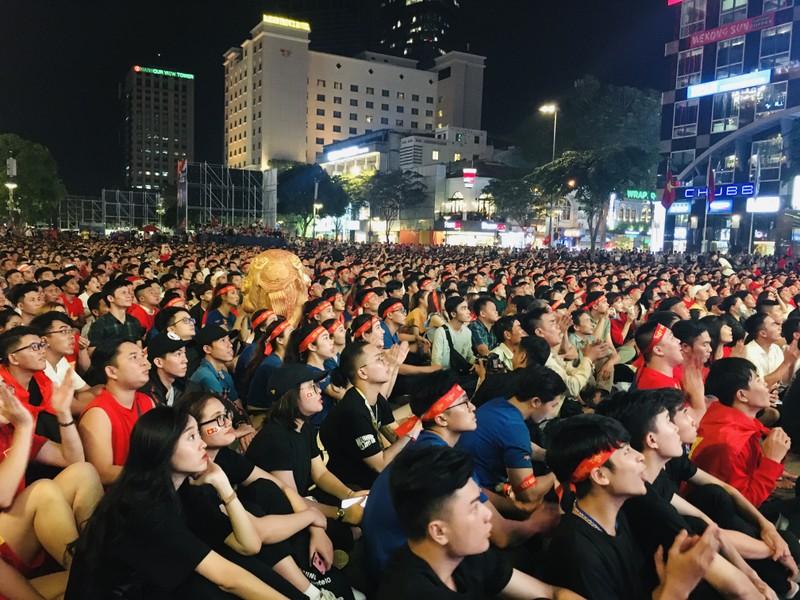 Cúp vàng vô địch bằng xốp rực rỡ trên phố đi bộ Nguyễn Huệ - ảnh 1