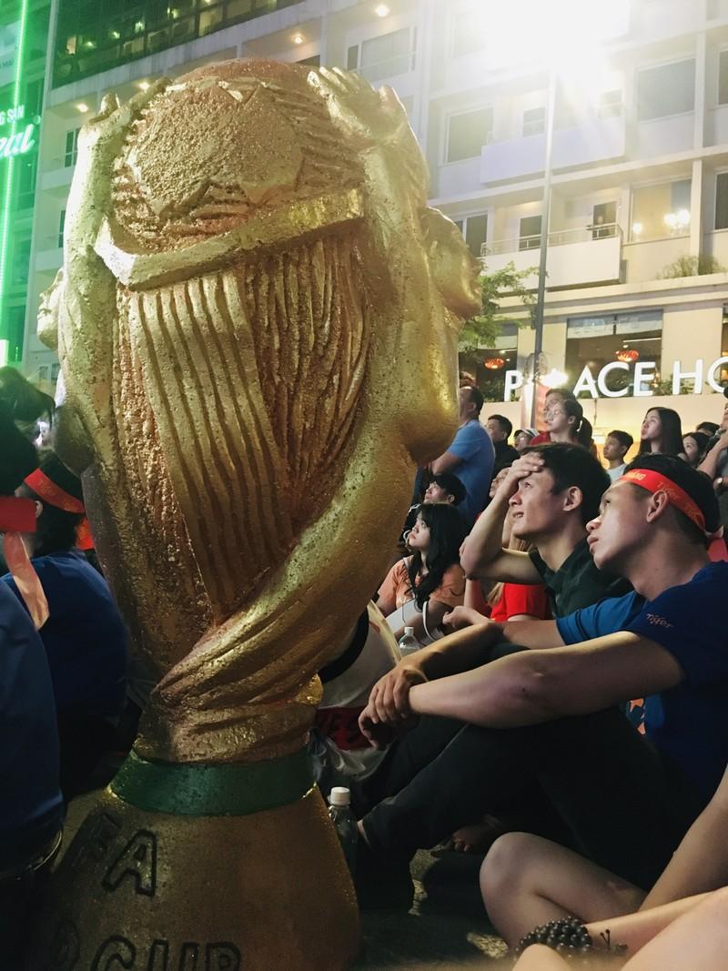 Cúp vàng vô địch bằng xốp rực rỡ trên phố đi bộ Nguyễn Huệ - ảnh 4