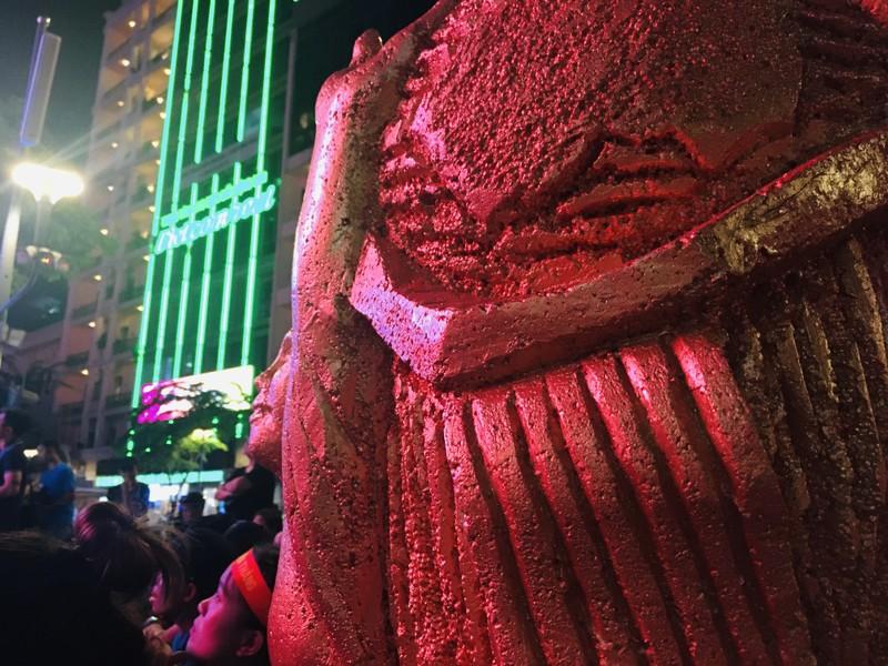 Cúp vàng vô địch bằng xốp rực rỡ trên phố đi bộ Nguyễn Huệ - ảnh 2