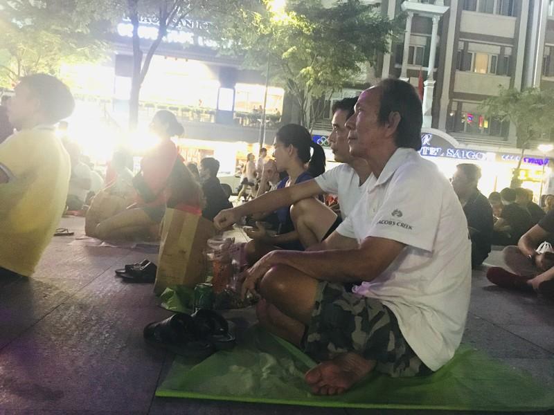 Cúp vàng vô địch bằng xốp rực rỡ trên phố đi bộ Nguyễn Huệ - ảnh 5