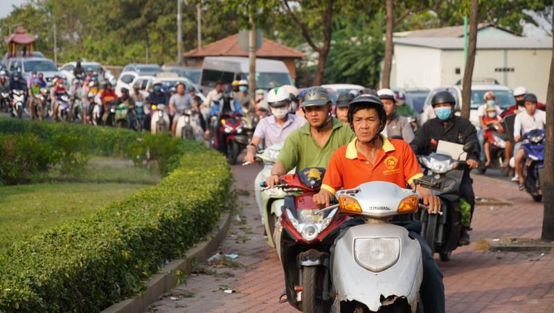 Bỏ xe, chạy bộ ra Bến xe Miền Đông để kịp về quê ăn tết - ảnh 3