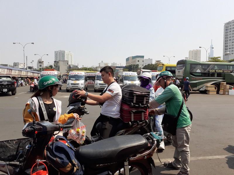 Người dân tay xách nách mang rời TP.HCM về quê ăn Tết - ảnh 8