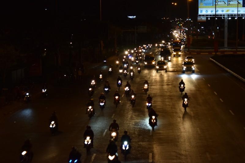 Người miền Tây chạy thâu đêm về TP.HCM mùng 5 tết - ảnh 2