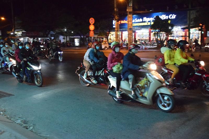 Người miền Tây chạy thâu đêm về TP.HCM mùng 5 tết - ảnh 7