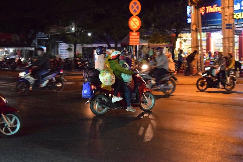 Người miền Tây chạy thâu đêm về TP.HCM mùng 5 tết - ảnh 9