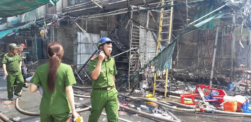 Dân cảm ơn cảnh sát PCCC dập vụ cháy sát chợ Hạnh Thông Tây - ảnh 3