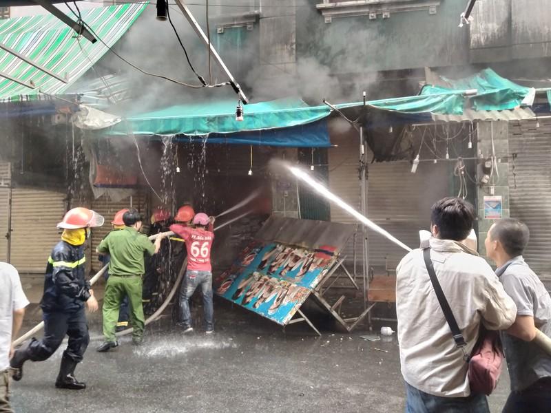 Dân cảm ơn cảnh sát PCCC dập vụ cháy sát chợ Hạnh Thông Tây - ảnh 2