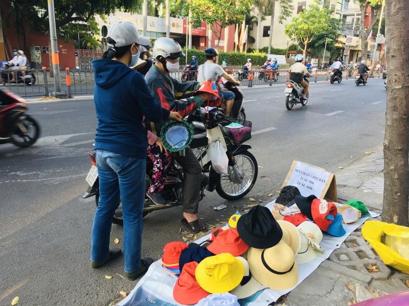 Độc lạ nón phòng dịch COVID-19 giữa đường phố Sài Gòn - ảnh 2