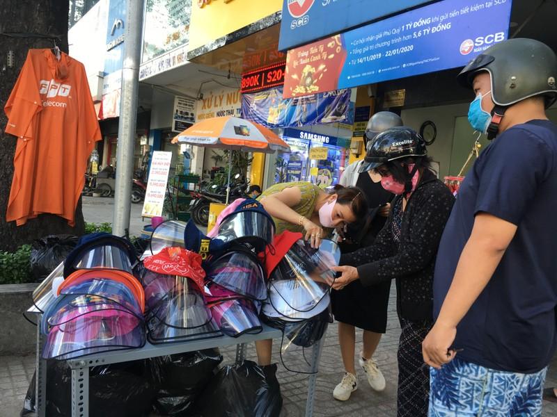 Độc lạ nón phòng dịch COVID-19 giữa đường phố Sài Gòn - ảnh 5