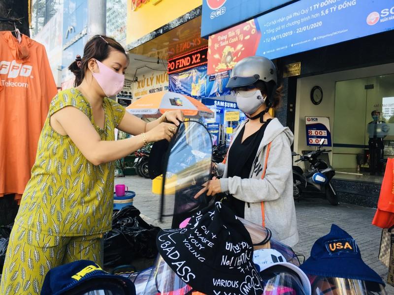Độc lạ nón phòng dịch COVID-19 giữa đường phố Sài Gòn - ảnh 1