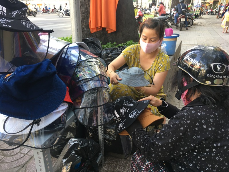 Độc lạ nón phòng dịch COVID-19 giữa đường phố Sài Gòn - ảnh 6