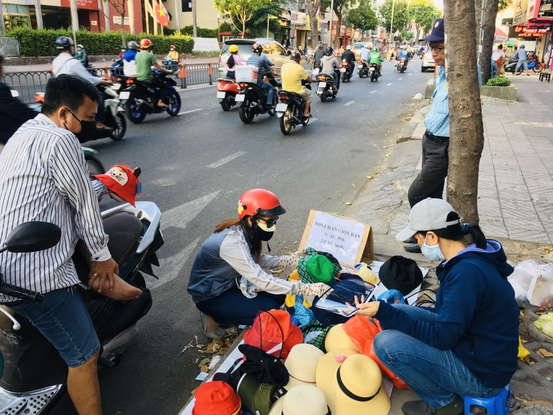 Độc lạ nón phòng dịch COVID-19 giữa đường phố Sài Gòn - ảnh 4