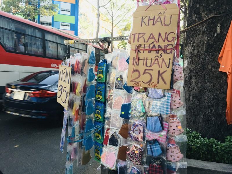 Độc lạ nón phòng dịch COVID-19 giữa đường phố Sài Gòn - ảnh 9
