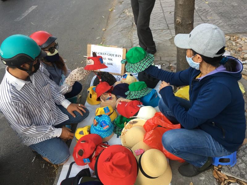 Độc lạ nón phòng dịch COVID-19 giữa đường phố Sài Gòn - ảnh 10